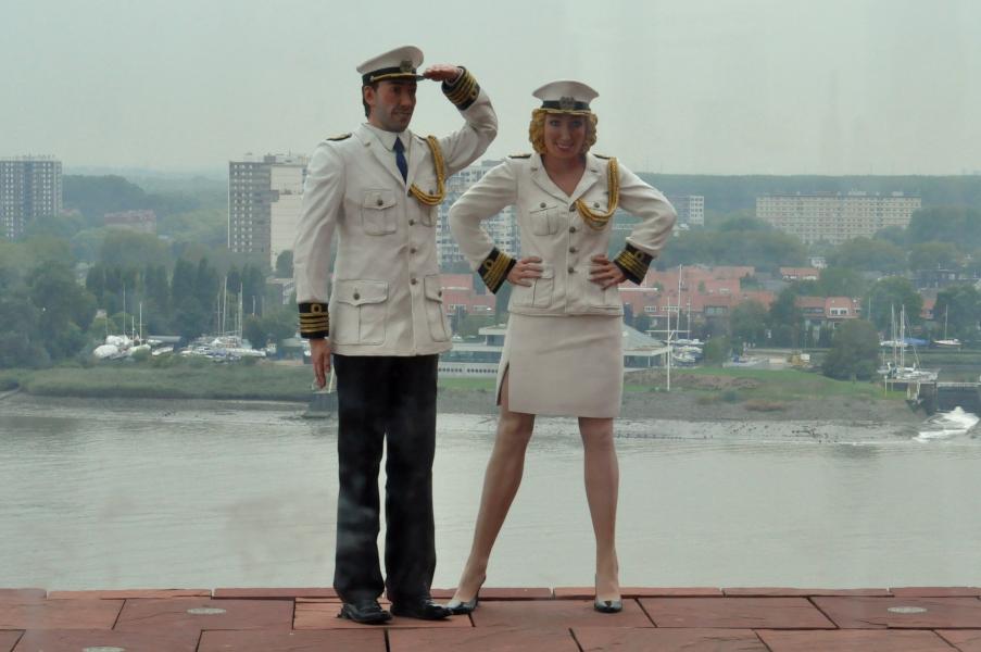 Groetend Admiraal Koppel na budynku MAS