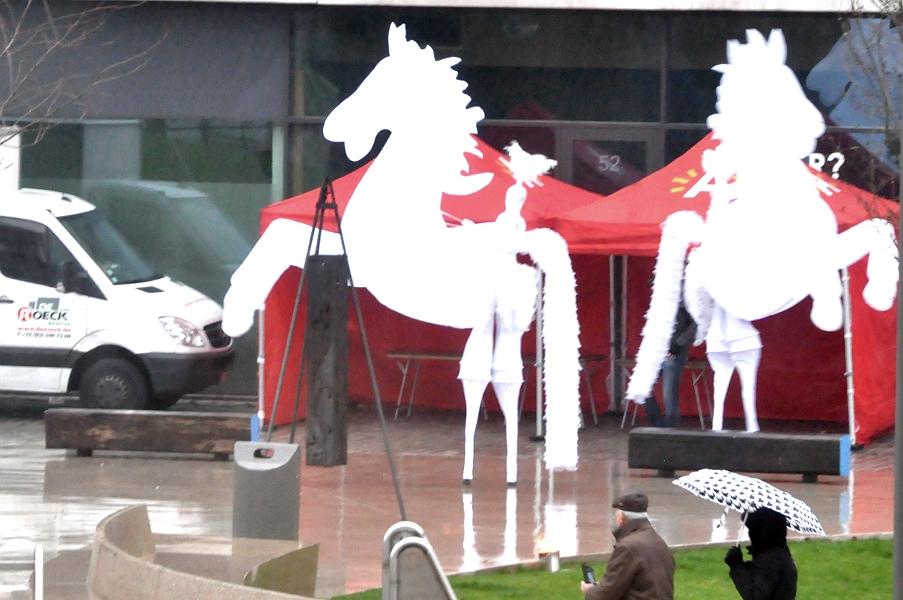 Eilandje - akrobaci przebrani za konie