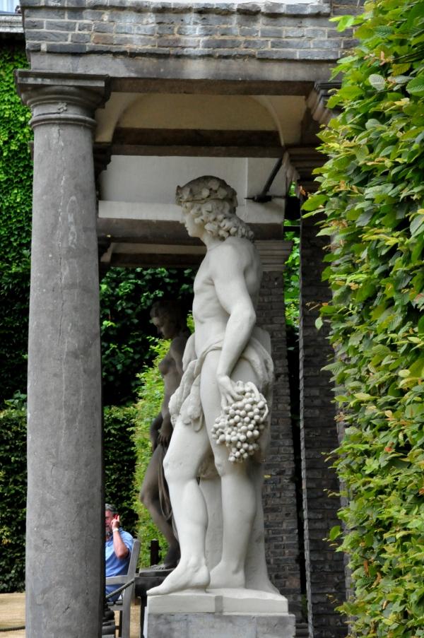 Rubenshuis - ogród: rzeźby w stylu antycznym