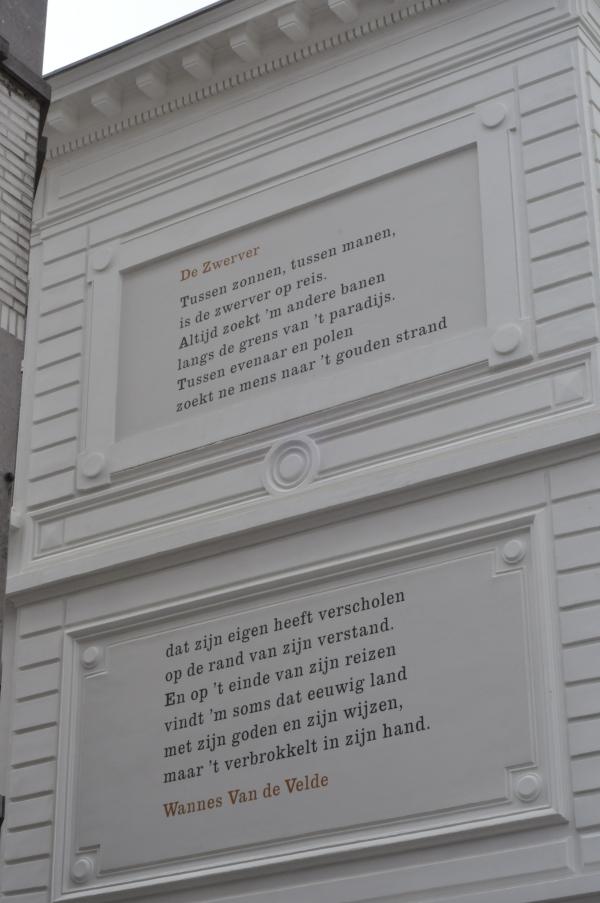 De Zwerver, Wannes Van De Welde - wiersz na budynku w Antwerpii