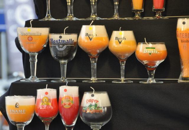W centrum Brukseli, na placu Place de l'Agora znajduje się uliczne stoisko z oryginalnymi świecami ozdobnymi i dekoracyjnymi, które wyglądają jak prawdziwe belgijskie piwa z pianką.