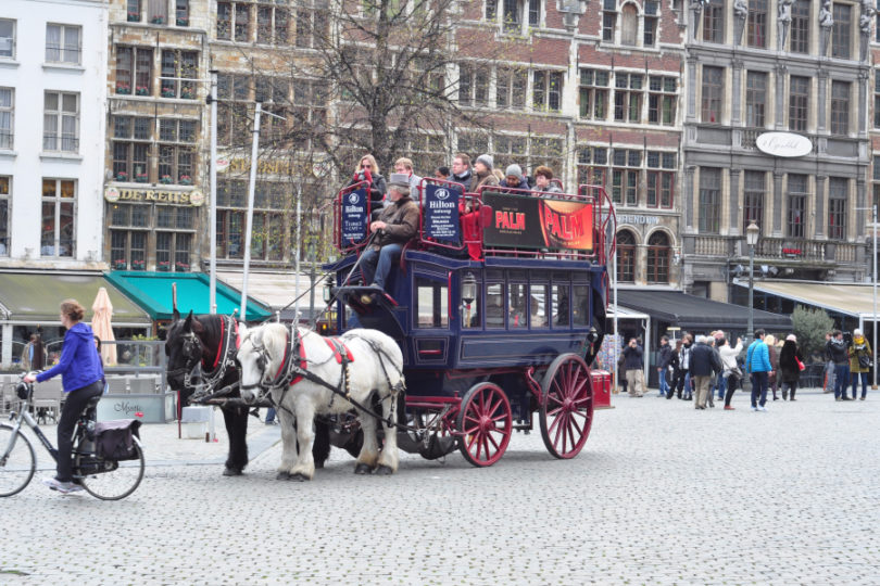 Dyliżans na Grote Markt w Antwerpii