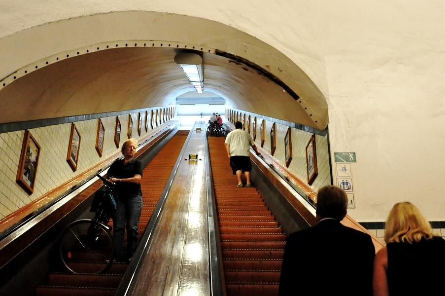 Do Tunelu Św. Anny prowadzą drewniane schody ruchome